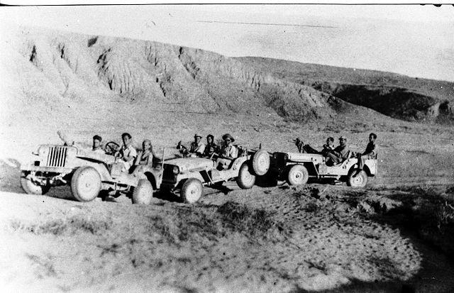 """לוחמי הפלמ""""ח בג'יפים במדבר"""